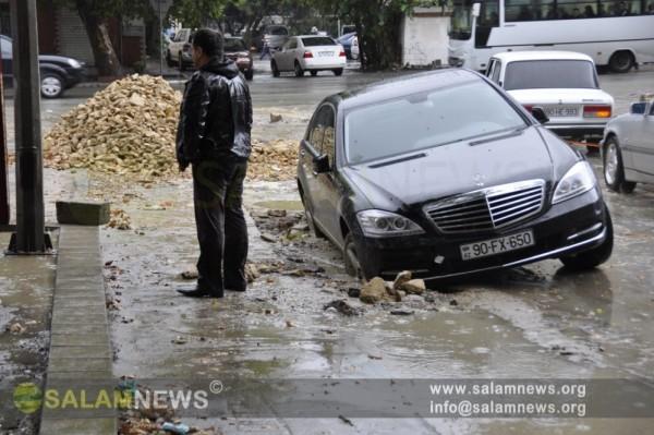 Аномальные погодные условия затрудняют передвижение жителей Баку