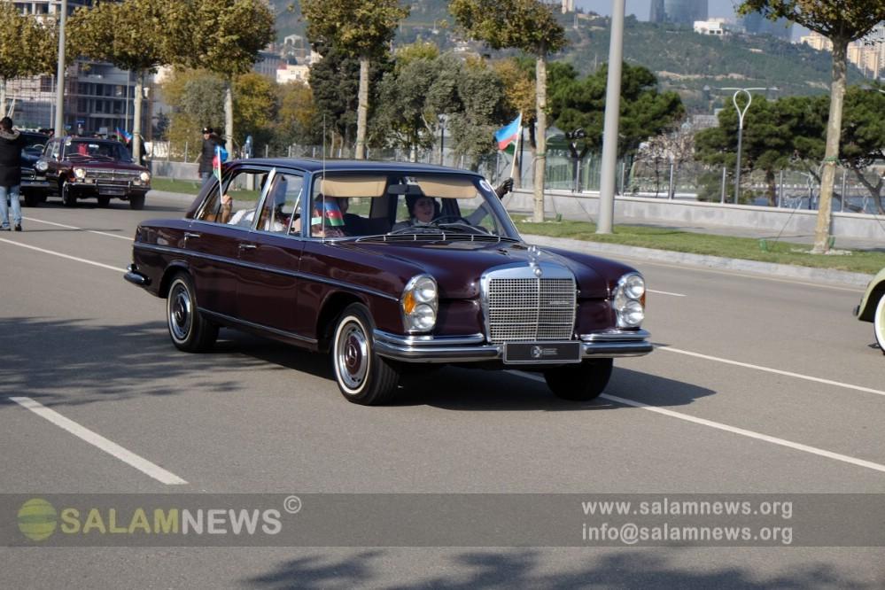 В Баку прошла выставка классических автомобилей