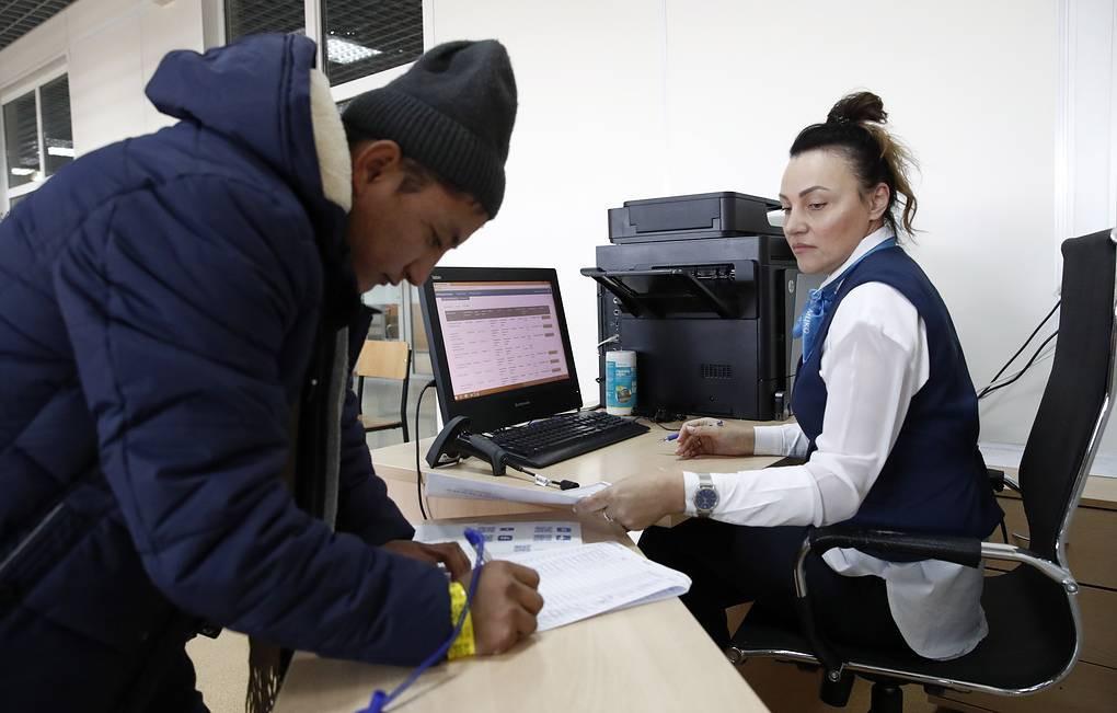 Азербайджанским мигрантам в России выдадут единый документ на 10 лет