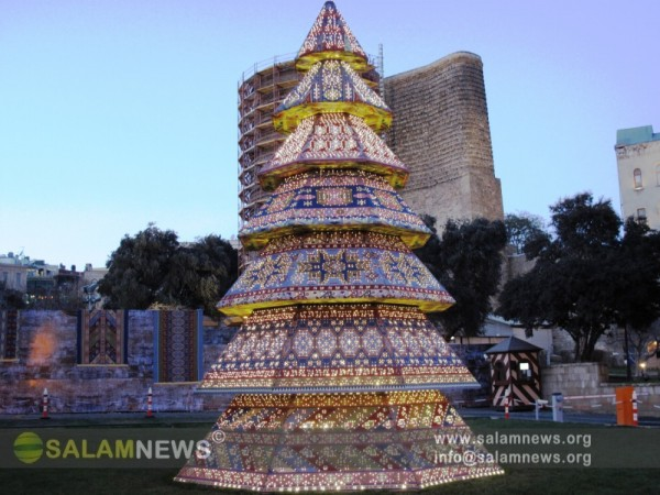 В Баку елки украшаются национальным орнаментом