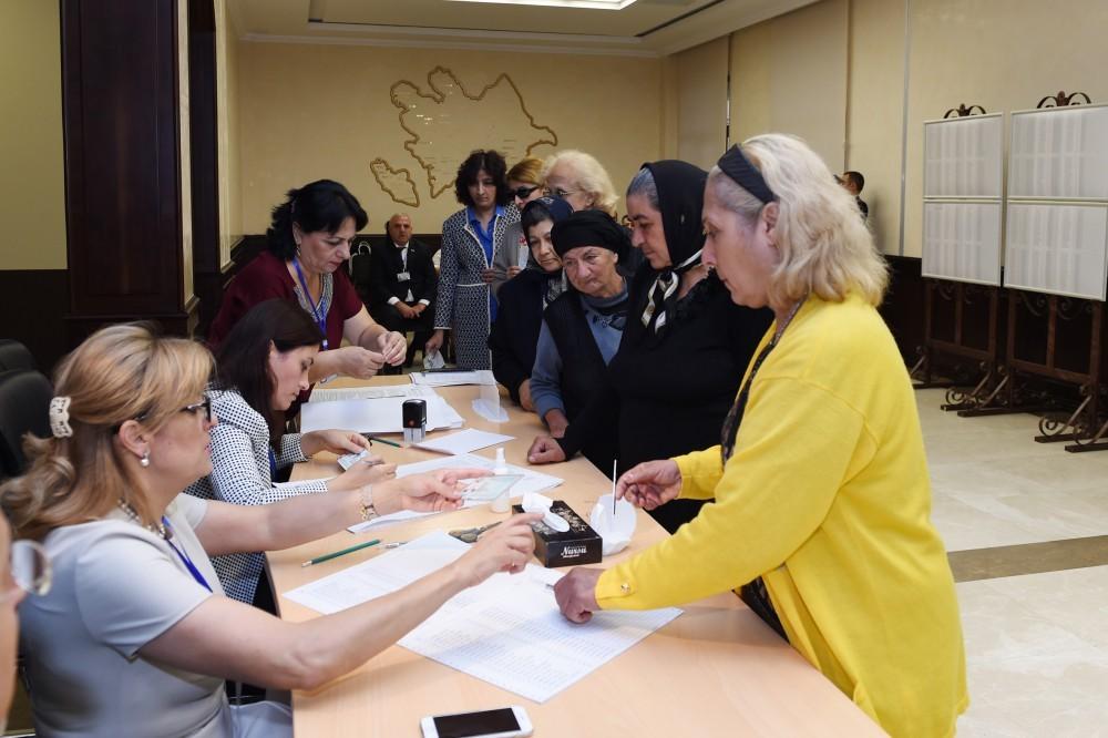 В Азербайджане проходит референдум