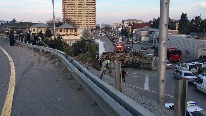 ВАзербайджанской столице цементовоз упал смоста, появилась пробка