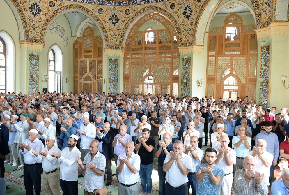В Азербайджане совершен праздничный намаз Гурбан байрамы