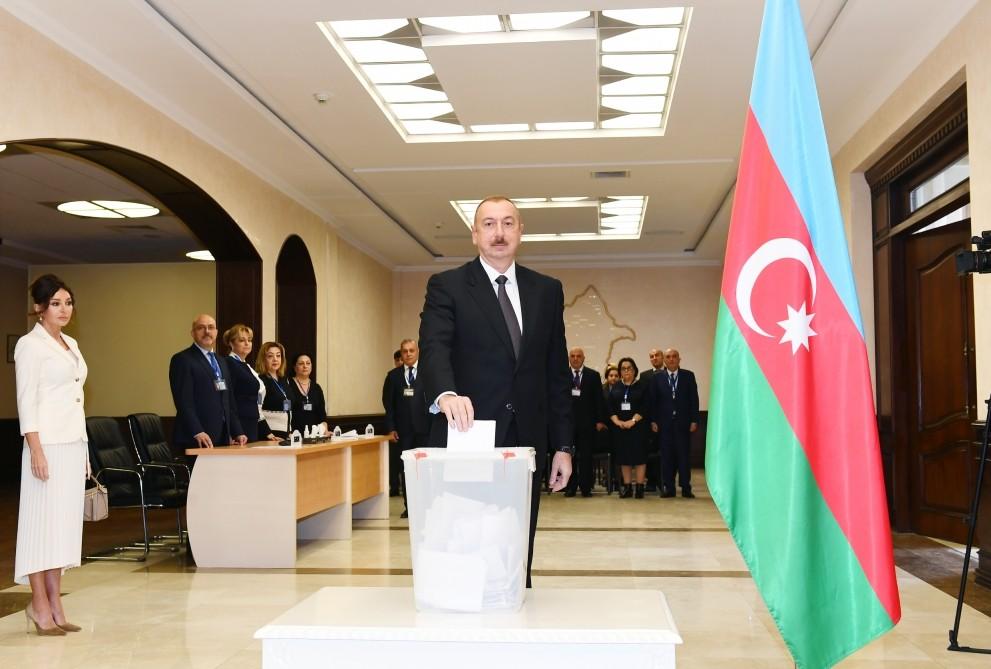 Prezident İlham Əliyev ailə üzvləri ilə birlikdə səs verib