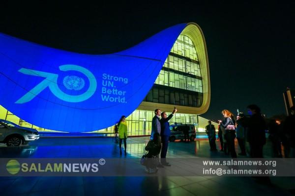 Здание Центра Гейдара Алиева освещено голубым цветом