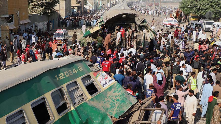 Картинки по запросу В Пакистане произошло столкновение скоростного пассажирского поезда и грузового состава