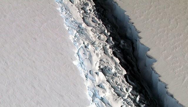 ВАнтарктиде в итоге разлома образуется огромный айсберг