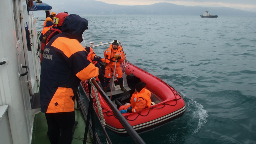 Черный ящик самолета Ту-154 подняли со дна черного моря вместе с 154 фрагментами и 13 тел (5 фото + 2 видео)