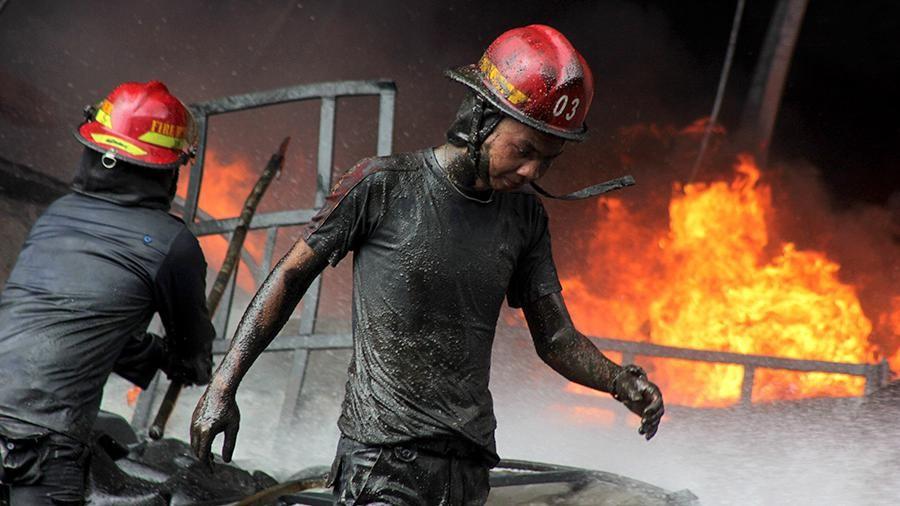 ВИндонезии на незаконной нефтяной скважине произошел пожар, необошлось без жертв