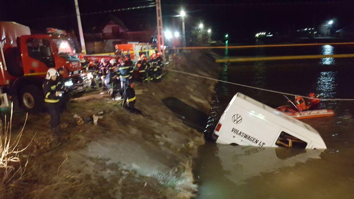 Микроавтобус спассажирами рухнул вреку вРумынии, семь человек погибло
