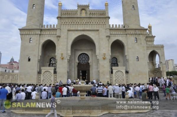 В мечетях Баку верующие совершили праздничный намаз