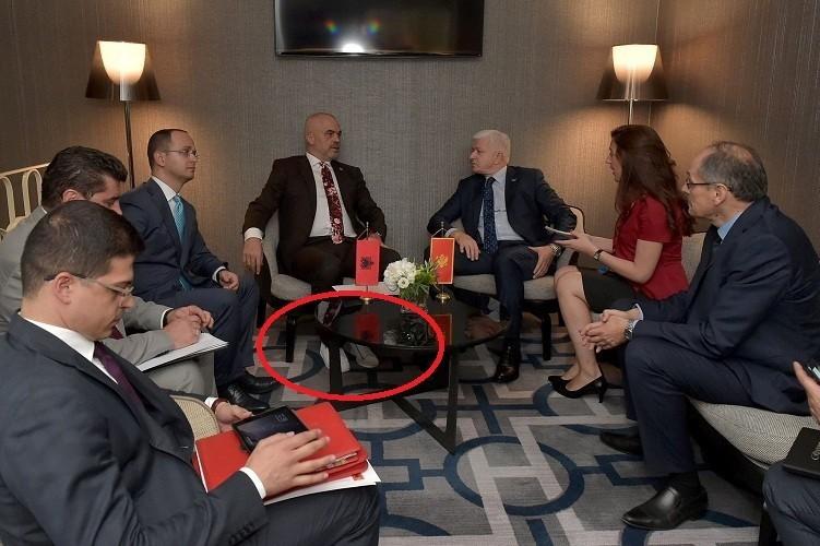 Курьез скроссовками: премьера Албании из-за обуви непустили фотографироваться сПенсом