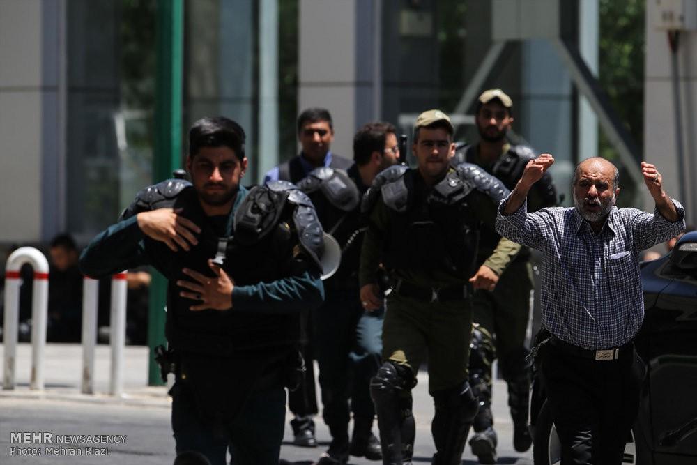 Два террориста, напавших намавзолей вТегеране, арестованы, очередной взорвался