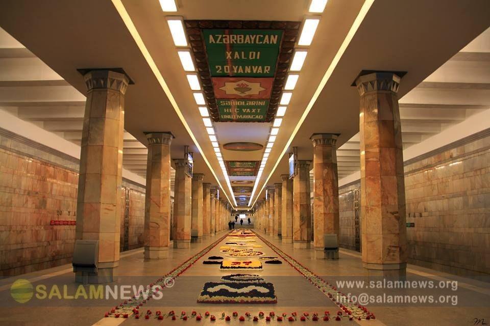 """На платформе станции метро """"20 января"""" выложена цветочная композиция в память о шехидах"""
